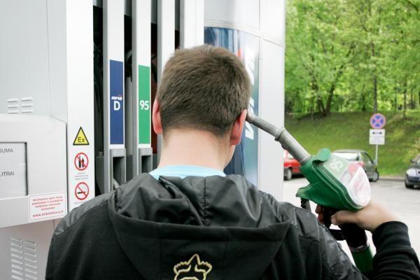 Benzinas vėl brangsta: perkopta 4,20 Lt už 1 l riba