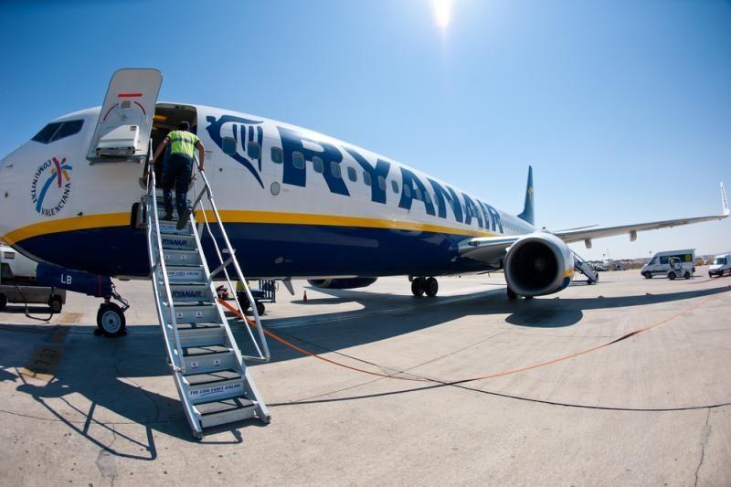 """""""Ryanair"""" moterį dėl netinkamo dydžio bagažo išsodino su policija"""