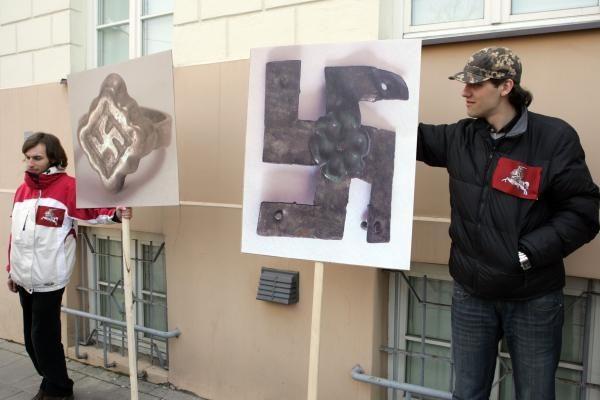 Prie Prezidentūros demonstruoti į svastikas panašūs ženklai