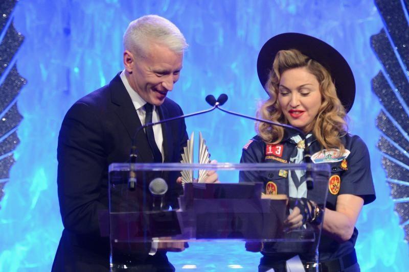 Madonna įteikė gėjų draugijos GLAAD apdovanojimą JAV žurnalistui