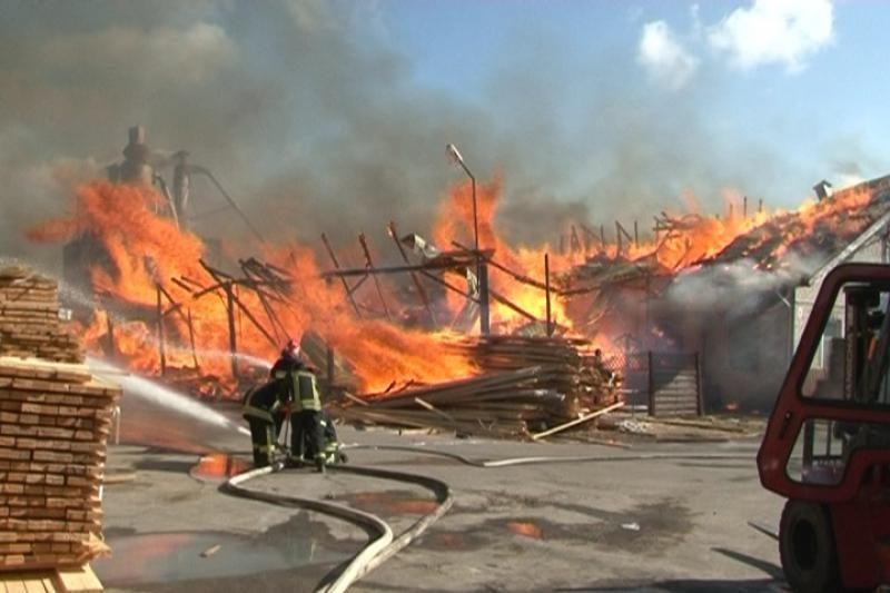 Ukmergėje degė medinis namas, kilo grėsmė kaimynams