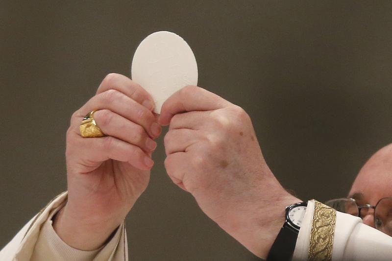 """Popiežius ragina kunigus """"pagyvinti"""" mišias"""