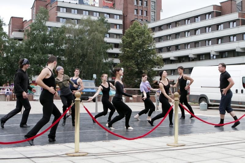 Baleto gatvės šokiai reklamuoja teatrą