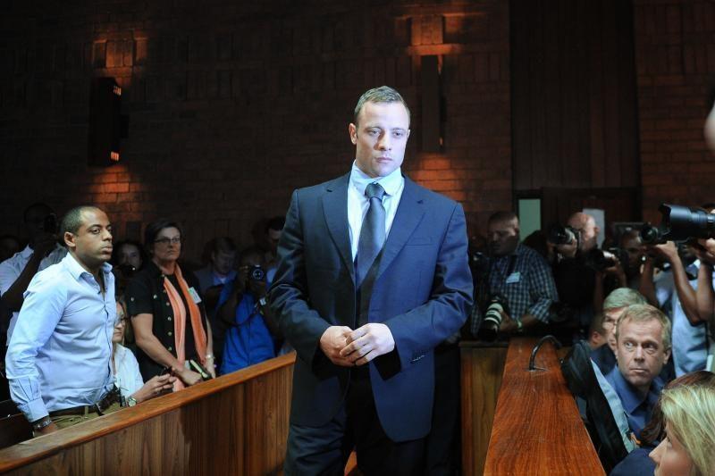 PAR parolimpinis bėgikas O. Pistorius grįžo į teismą dėl savo merginos nužudymo