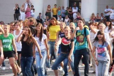Masinė šokių akcija užtvindė Vilniaus rotušės aikštę