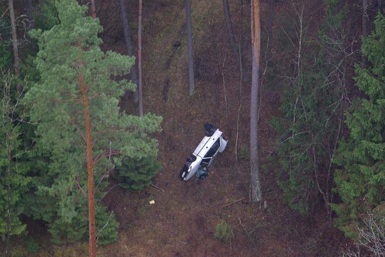 Iš sraigtasparnio miške aptiktas įtartinas automobilis
