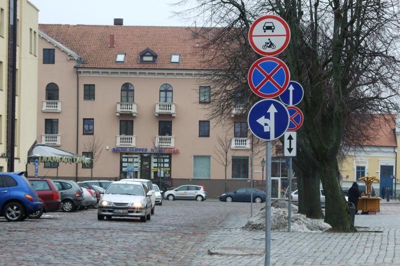Vairuotojus klaidino netinkamai pasuktas kelio ženklas (foto)