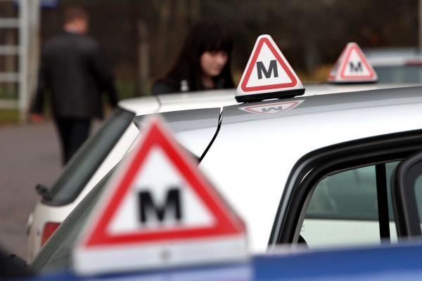 Pradedantieji vairuotojai papildomiems mokymams turės dar pusmetį