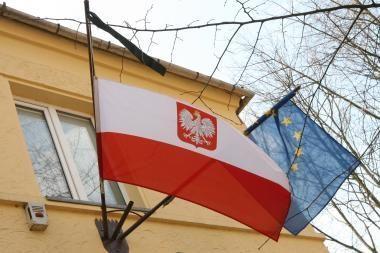 Lenkijos vėliava – su juodu kaspinu