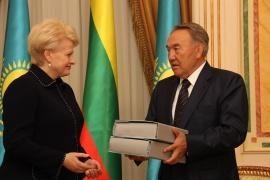 Kazachstano prezidentas perdavė Lietuvai tremtinių bylų kopijas