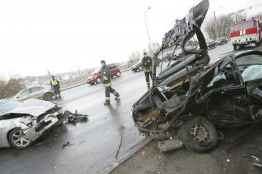 Greičio mėgėjo sukeltoje avarijoje aukų išvengta