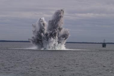 """Laivas """"Kuršis"""" Baltijos jūroje sunaikino bombą"""