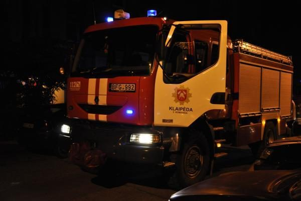 Klaipėdos ugniagesiai malšino liepsnas daugiabutyje