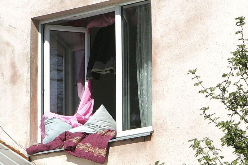 Varėnoje pro pravirą langą iš trečio aukšto iškrito vaikas