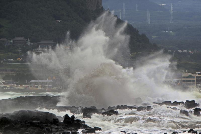 Japoniją užgriuvus taifūnui, sužeisti 65 žmonės