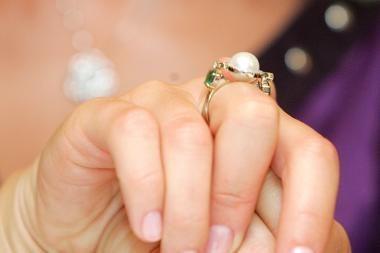 Milijonus iš turtingų moterų žavus vyriškis viliojo netikrais deimantais