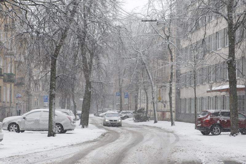 Pirmadienį iš dangaus drėbs šlapiu sniegu