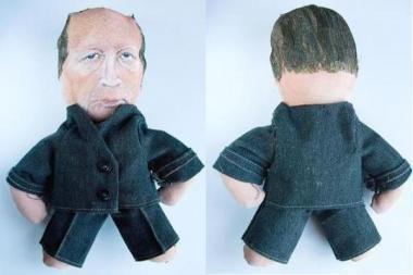 Prekyboje - premjerą A.Kubilių vaizduojanti lėlė