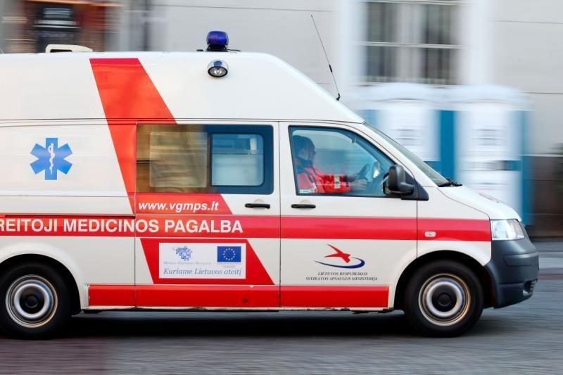 Pašilaičiuose susidūrė du automobiliai - viename prispausta moteris