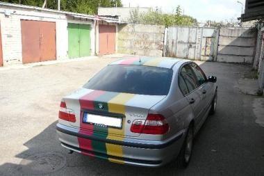 Krepšinio sirgaliai tautinėmis spalvomis apklijavo BMW