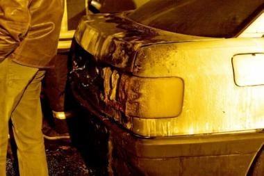 Ugnis kėsinosi į automobilius