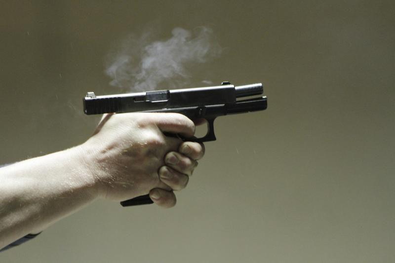Neblaivus vyras neatsargiai elgdamasis su pistoletu sužalojo kitą