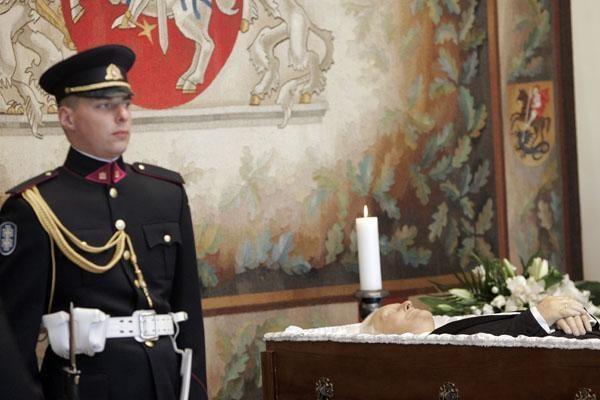 Užuojautą dėl A.Brazausko mirties Lietuvos ambasadose reiškia esami ir buvę valstybių vadovai