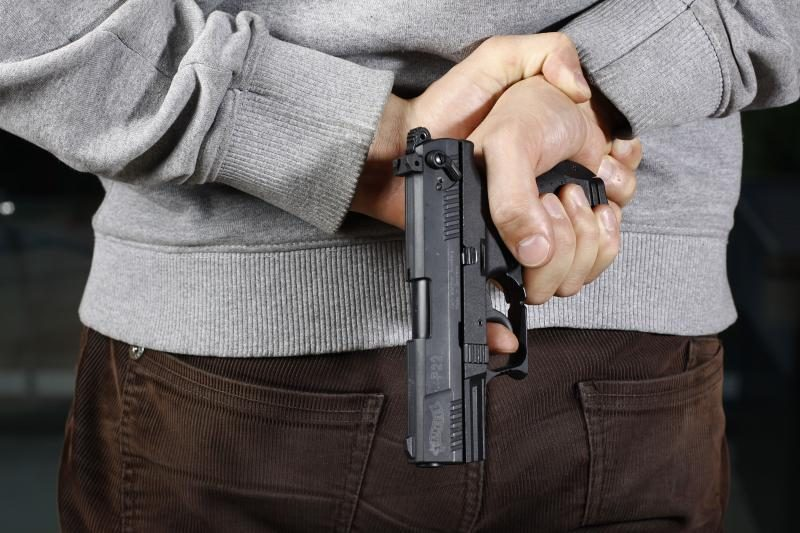 Panevėžyje jaunuoliai gatvėje šaudė į žmones