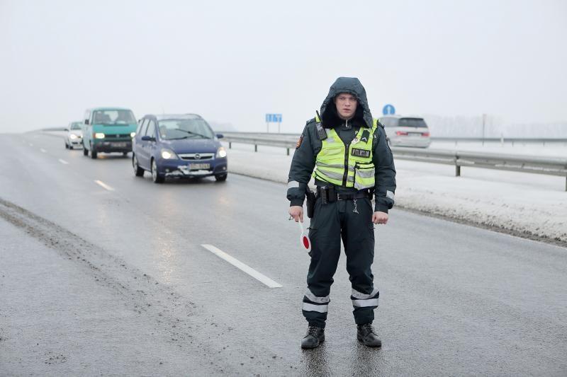 18-mečio vairuojamas pasatas Plungės rajone rėžėsi į sunkvežimį