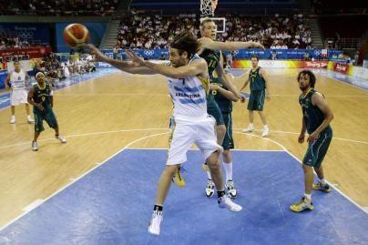 Olimpiniai krepšinio čempionai iškovojo pirmąją pergalę