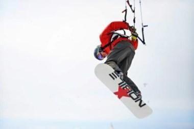 Kuršių marių ledą skros oro akrobatai