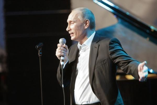 Rusijos premjeras Putinas grojo ir dainavo labdaros koncerte