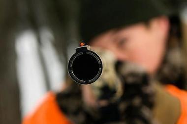 Girtas jonaviškis praeiviams siūlė ginklą