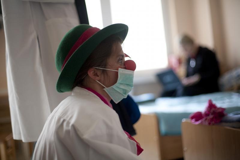 Klounai ligoninėse dovanos vaikams žaislus