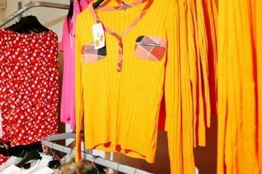 Moterys spintoje laiko 12 nenešiojamų drabužių