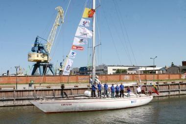 """Jachta """"Lietuva"""" pasiekė pirmąjį regatos uostą"""