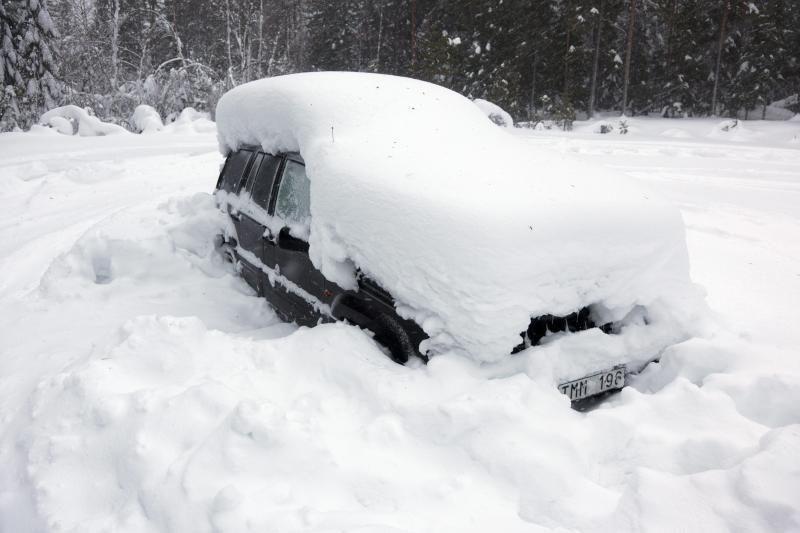 Išvaduoti automobilį iš sniego gniaužtų – išbandymas net patyrusiems