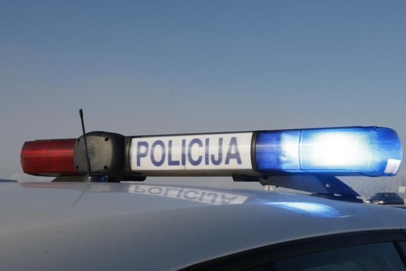 Girtas taksi vairuotojas su mašina įsirėžė į policijos automobilį