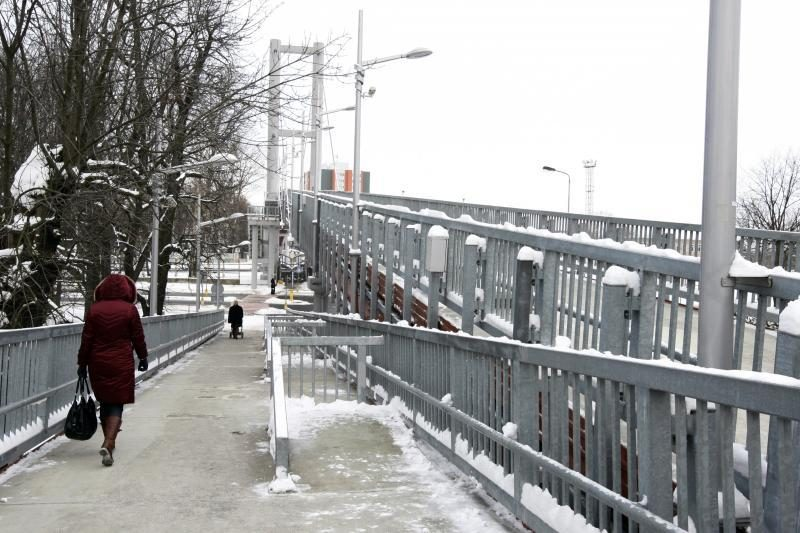 Tiltą nuo sniego vaduoja ir šiluma, ir valytojai