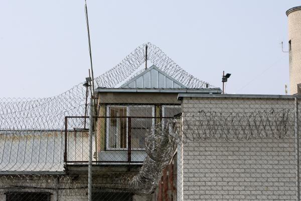 Pravieniškėse kalinys užpuolė prižiūrėtoją