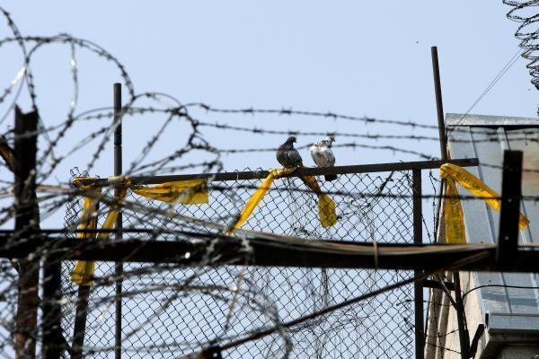 Pataisos namų prižiūrėtojas už pinigus leido kaliniams laužyti įrangą