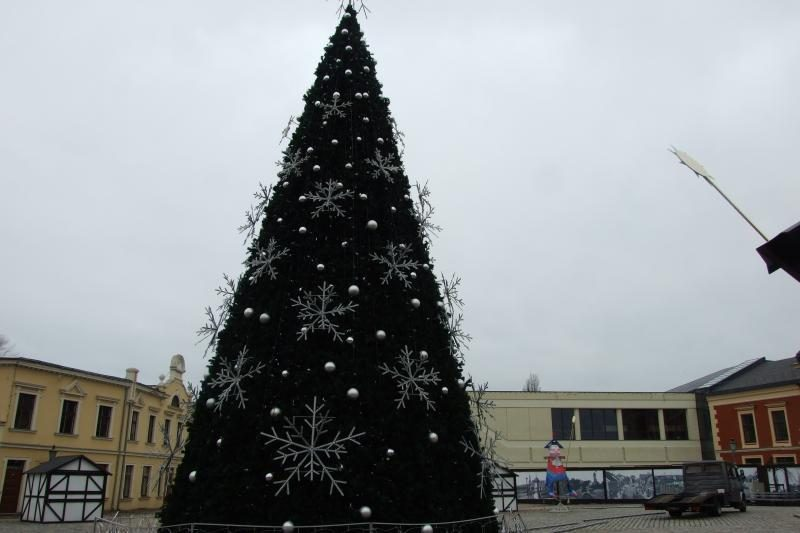 Uostamiestį palieka šventinis simbolis - Kalėdų eglė
