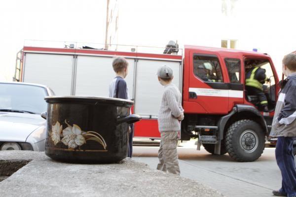 Policijos patruliai iš gaisro išgelbėjo šiauliečių porą