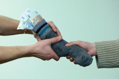 38 proc. latvių turi pažįstamų, dalį algos gaunančių voke