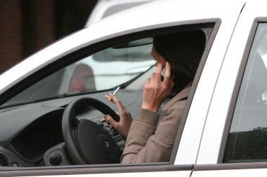 Už kokius pokalbius automobilyje nebaudžia?
