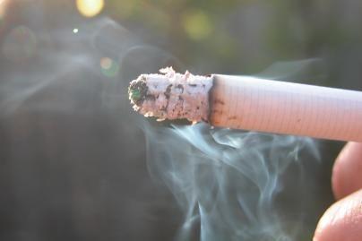 Nubaustas už tai, kad rūkė savo automobilyje