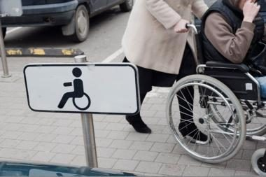 Kaune gatvėje partrenkta neįgaliojo vežimėliu važiuojanti moteris