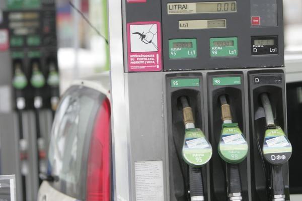 Apklausa: degalų brangimas dalį didmiesčių vairuotojų privers atsisakyti automobilio