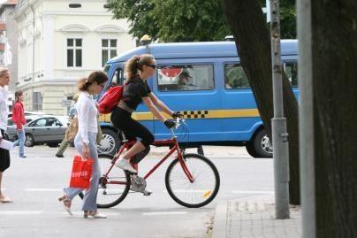 Jauni dviratininkai turės važinėti su šalmais
