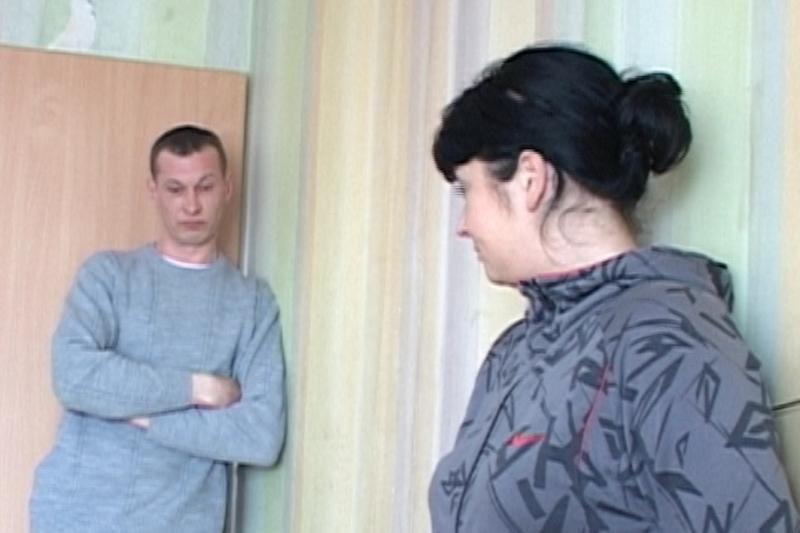 Į užsienį išvykus vyrui, žmona paliko vaikus ir nakvoja pas meilužį